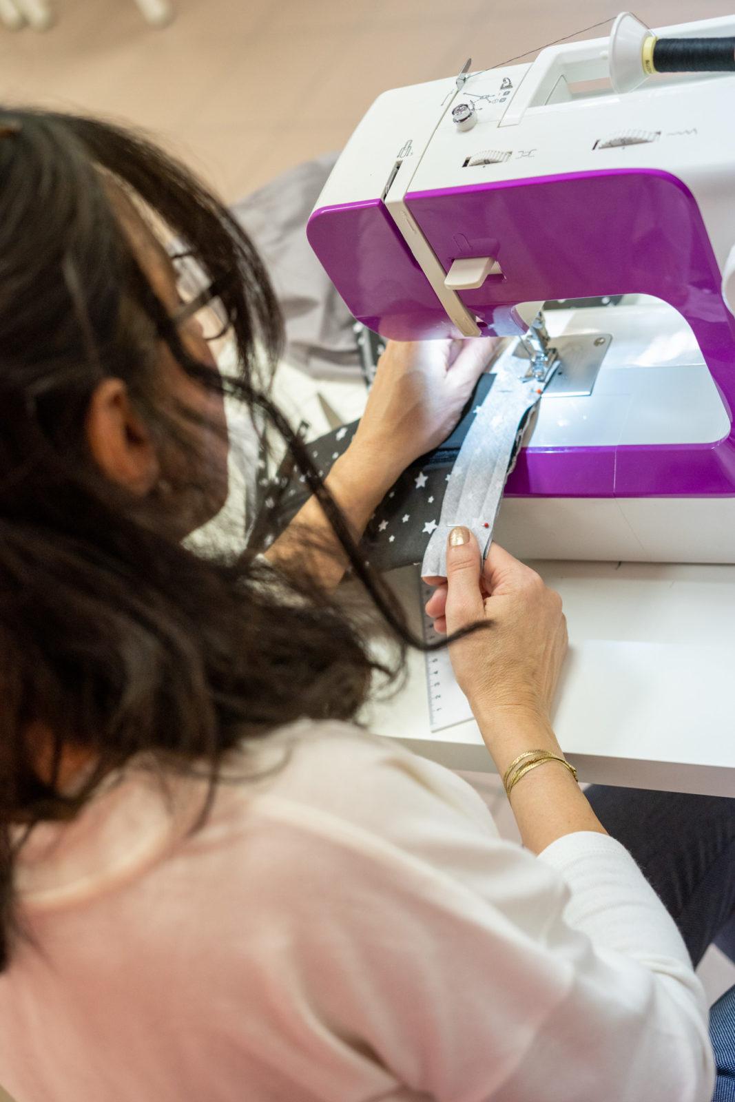 une élève en plein formation avec la machine à coudre Cécile