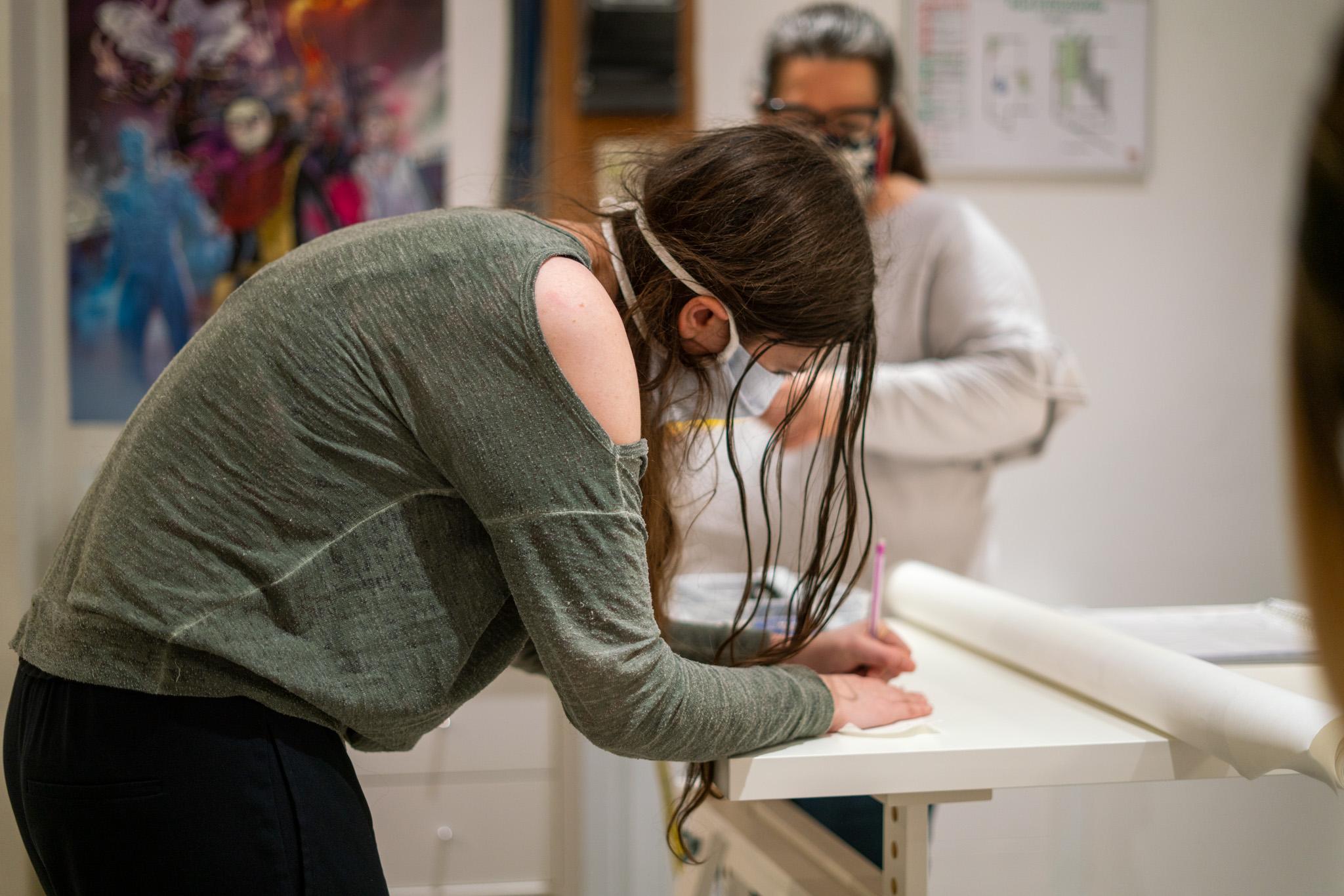 une élève marque son tissu à paris