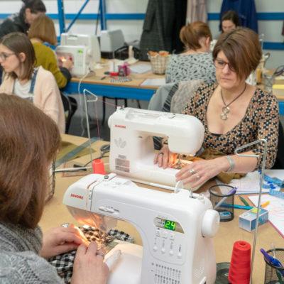 un groupe d'élève pendant un cours de couture