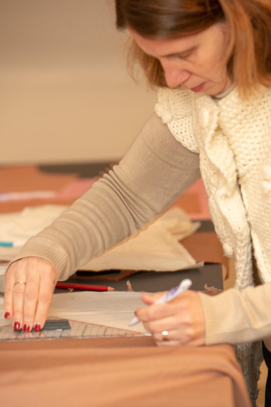 une élève marque son tissu