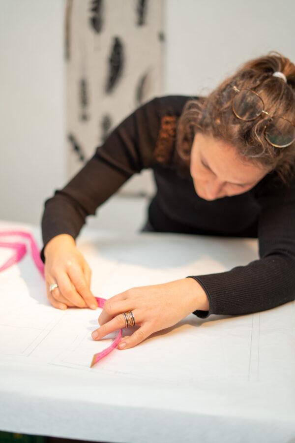 une élève de Lasne entrain de mesurer avec un mètre ruban