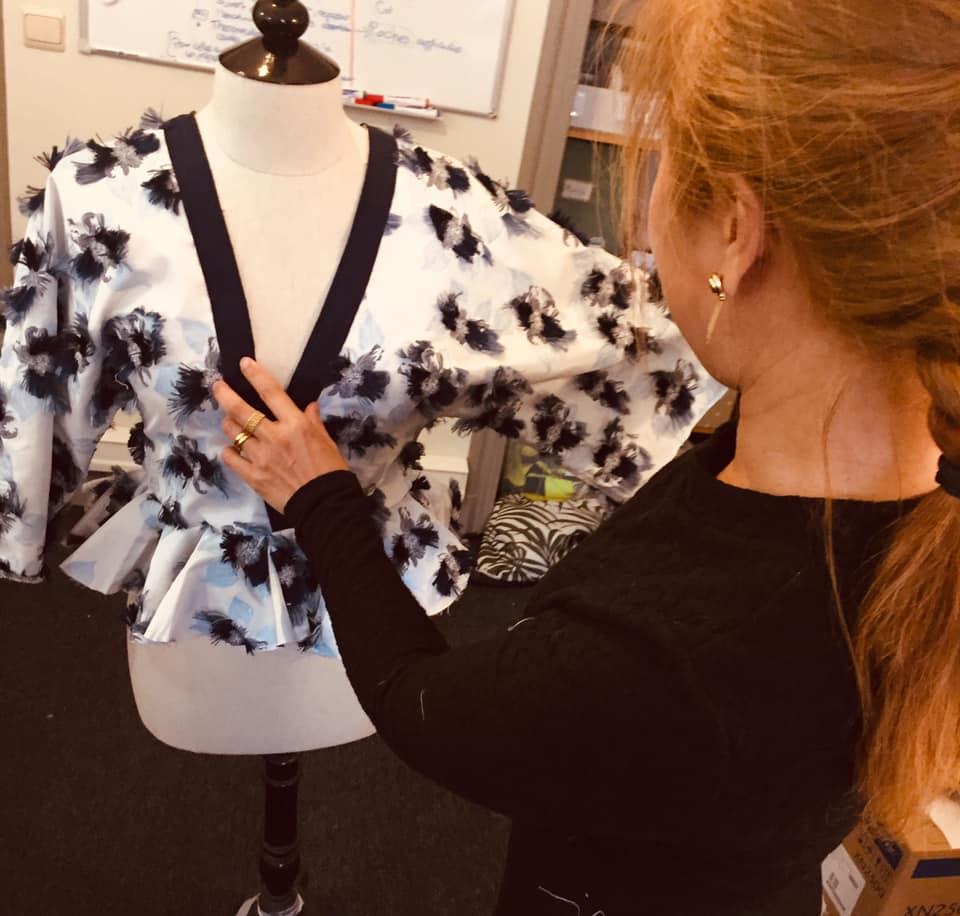 une blouse sur un présentoir dans l'atelier à Woluwe