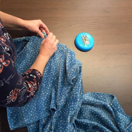 une élève d'Arlon entrain d'épingler du tissu