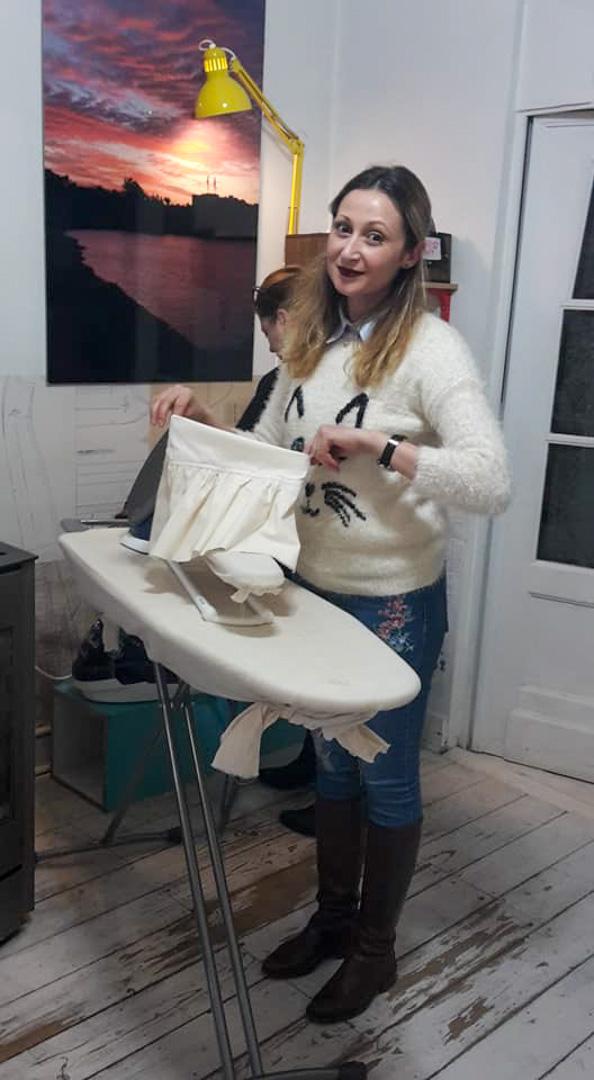 repassage d'une jupette par une élève de Bruxelles