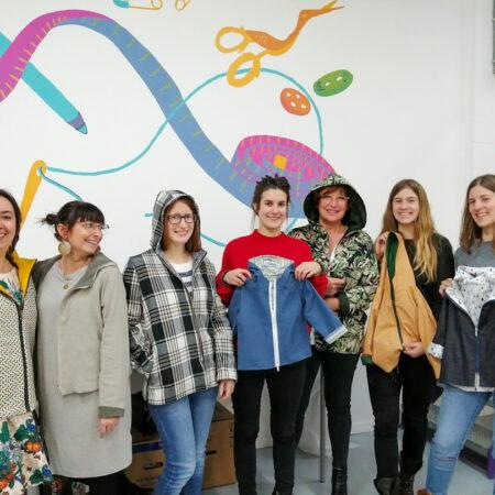 des élèves de Charleroi avec des vestes