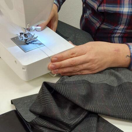 recousage de tissu sur machine a coudre singer de cours de couture à la louviere