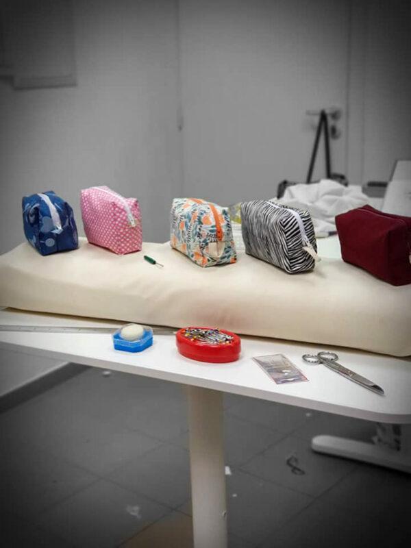 collection de trousse ciseaux et divers matériaux de cours de couture à la Louvière