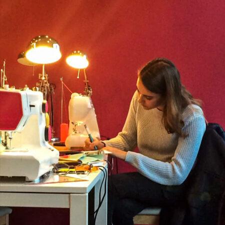 une élève de Liège dans l'atelier