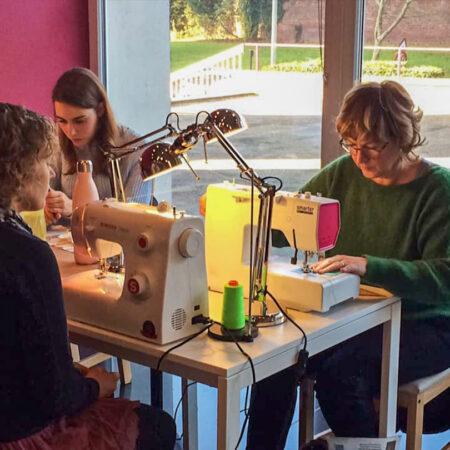des élèves de Liège en cours de pratique de couture