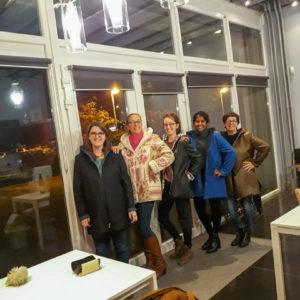 des élèves de Liège portant des vestes cousues par elles-meme