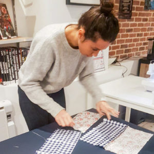 une apprenti regroupant quatre tissu a motif Cours de couture à Paris