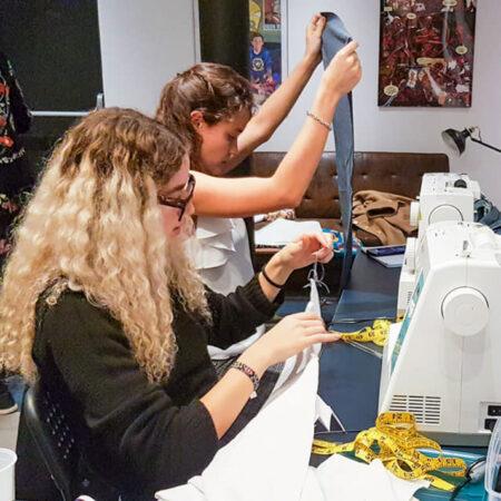 deux apprenti arrangeant et cousant sur Cours de couture à Paris