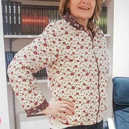 Une personne mettant en avant un pull décoratif Cours de couture à Paris