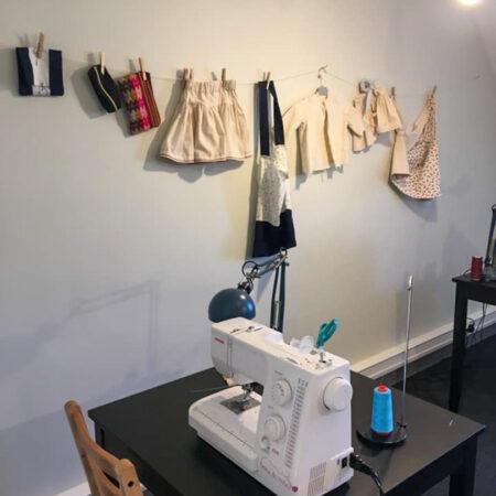 tous de travail fini mis en avant accroché au mur au cours de couture à Woluwe