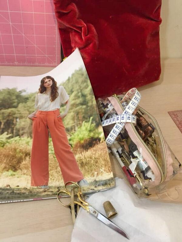 Trousse avec ciseaux et autres accessoire dpour coudre et une photo de modèle cours de couture à Woluwe