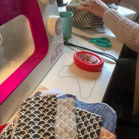 une étudiante en plein apprentissage dans l'atelier de Cours de couture à Lasne