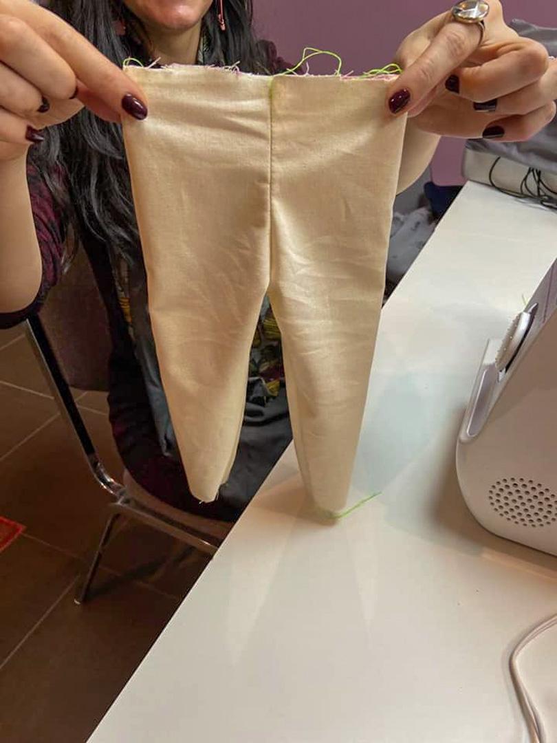 un pantalon de bébé presque fini par une élève du Luxembourg