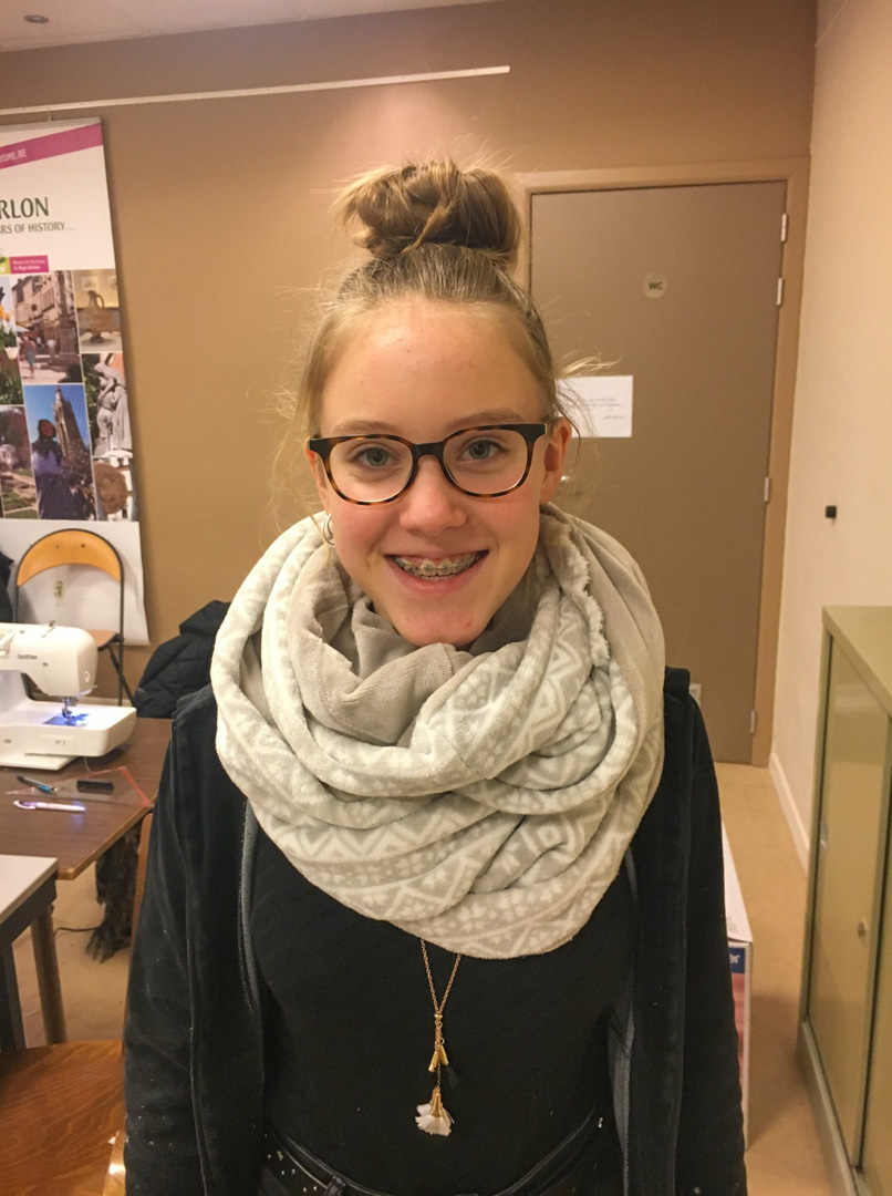 Une élève du Luxembourg portant une écharpe cousue main