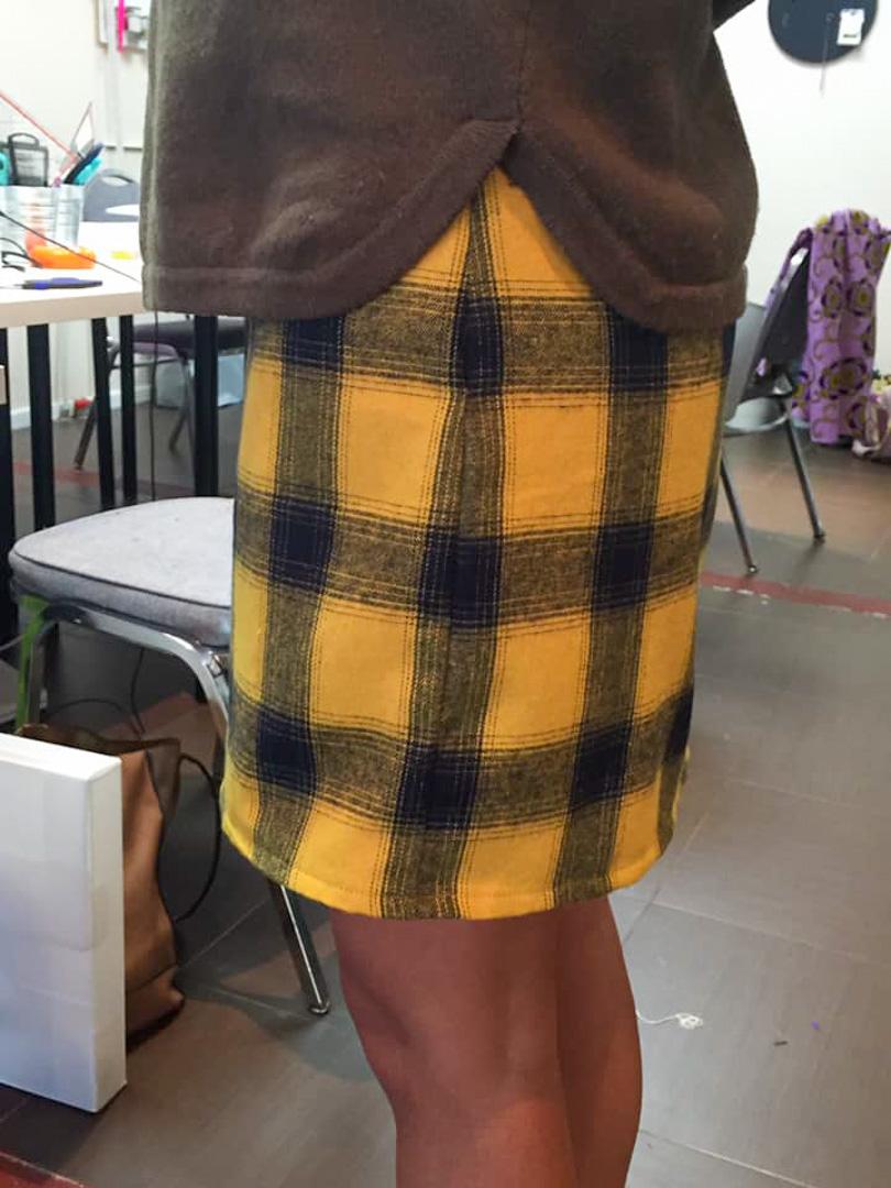 Une élève de Luxembourg posant avec sa jupette cousue main vue de profil