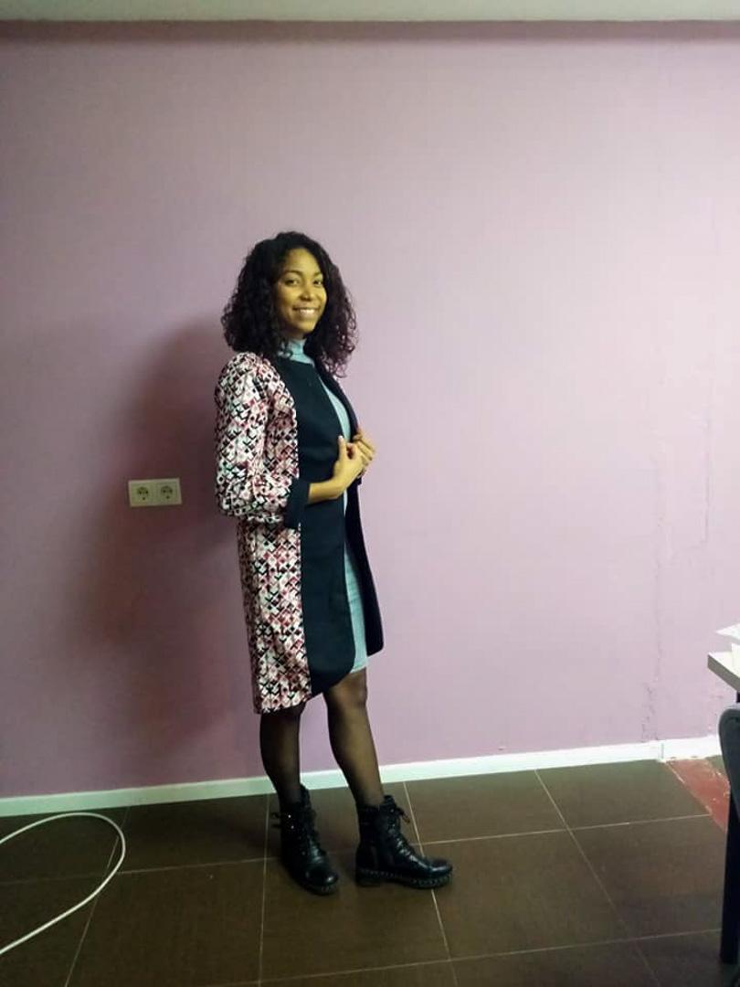 Une élève posant avec son joli manteau à Luxembourg