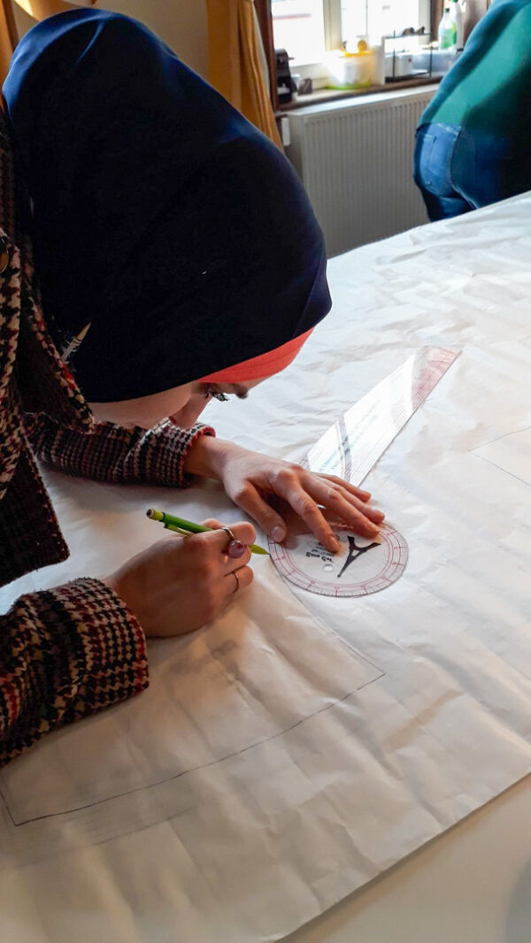 une apprenti fesant un traçage arrondit Cours de couture à Namur