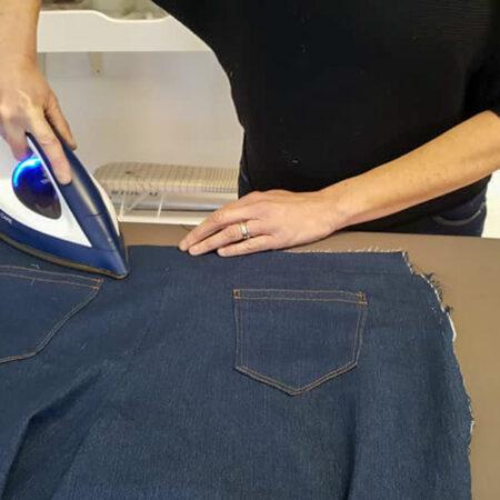 Repassage du tissu pour pliage dans notre atelier à Marche