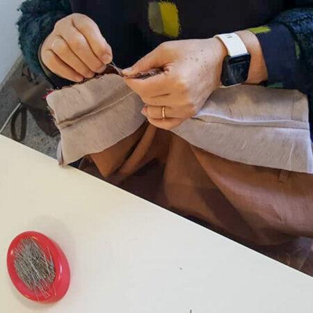 Quelques fixations avec des épingles par une élève à Marche