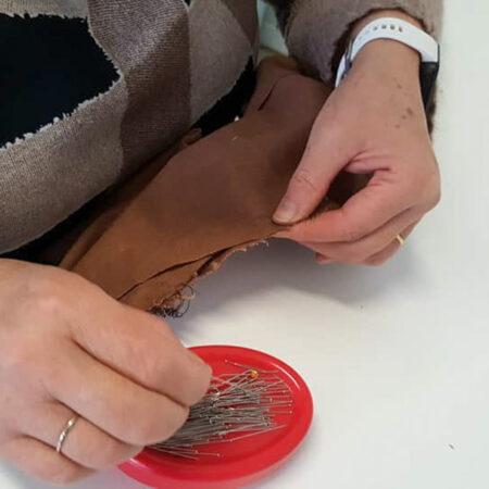 Fixation des pièces par des épingles par une élève de Marche