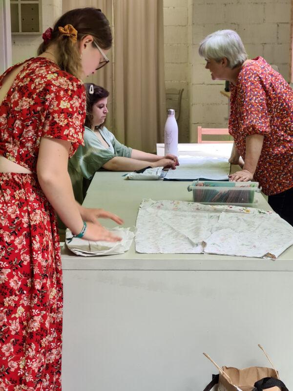 Nos élèves de Verviers en train d'assembler leur tissus